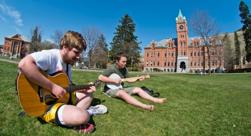 Students playing guitar and banjo on the Oval
